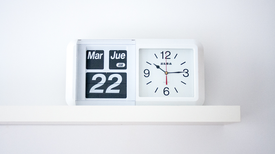 Reloj de pared FLIP, decora tus paredes con un clásico del diseño.
